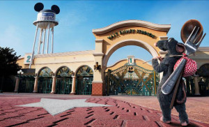 Remy stands outside the entrance of Walt Disney Studios Park