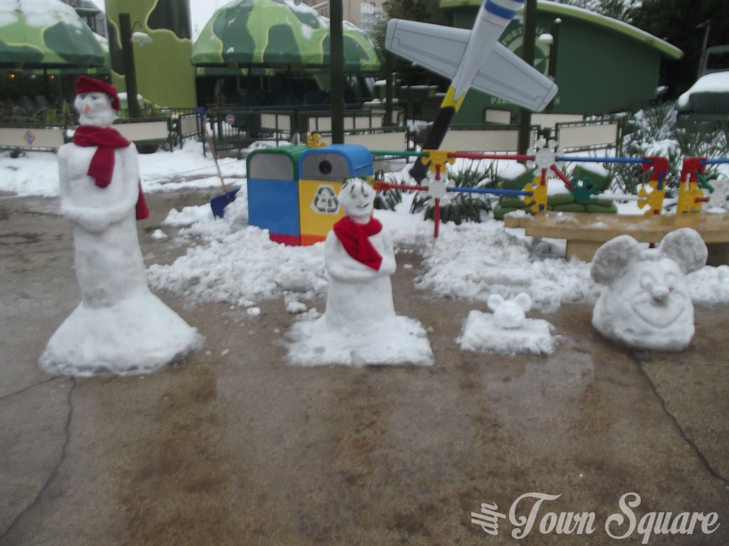 Disneyland Paris Cast Members build Snowmen