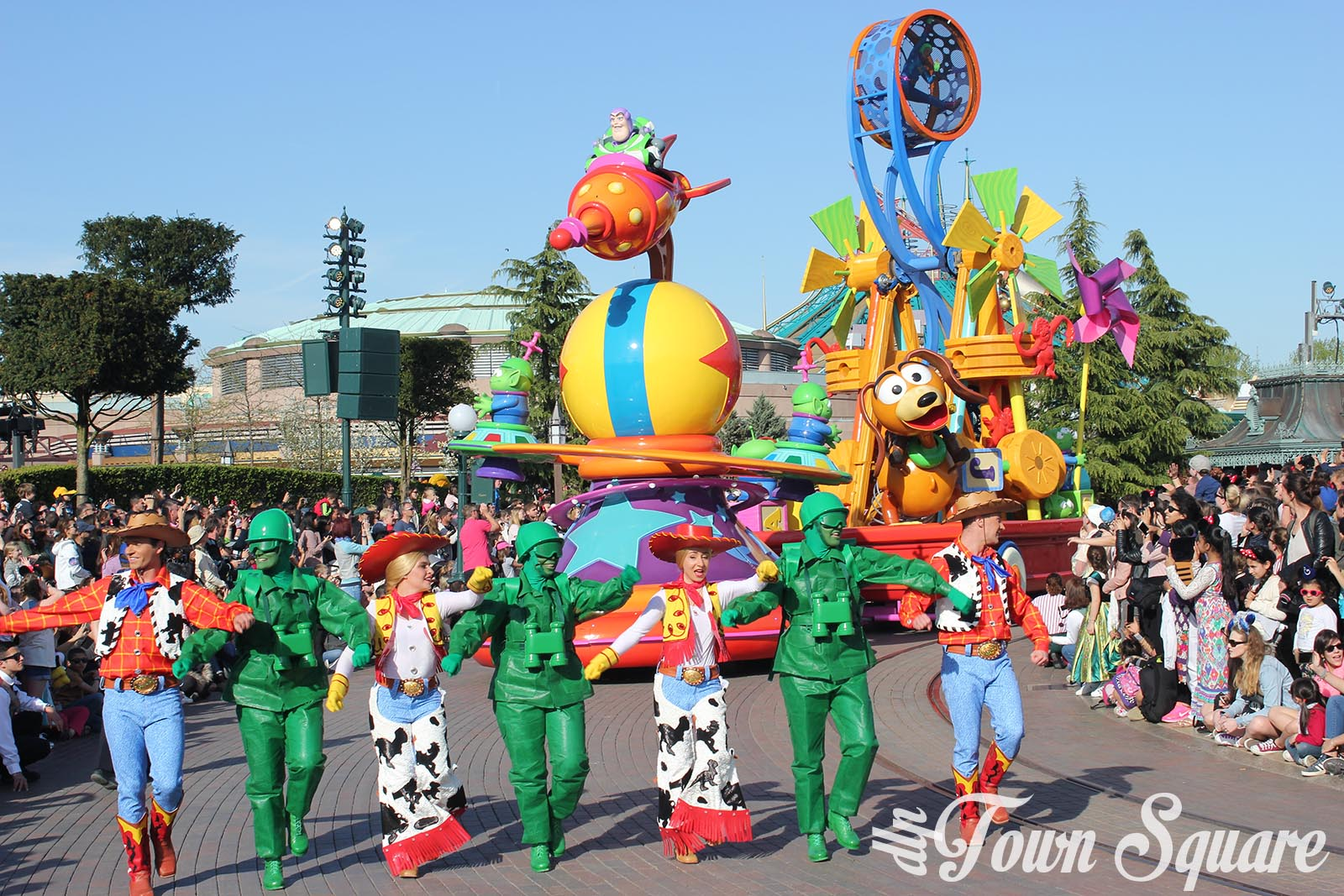 Discover Friendship float in Disney Stars on Parade