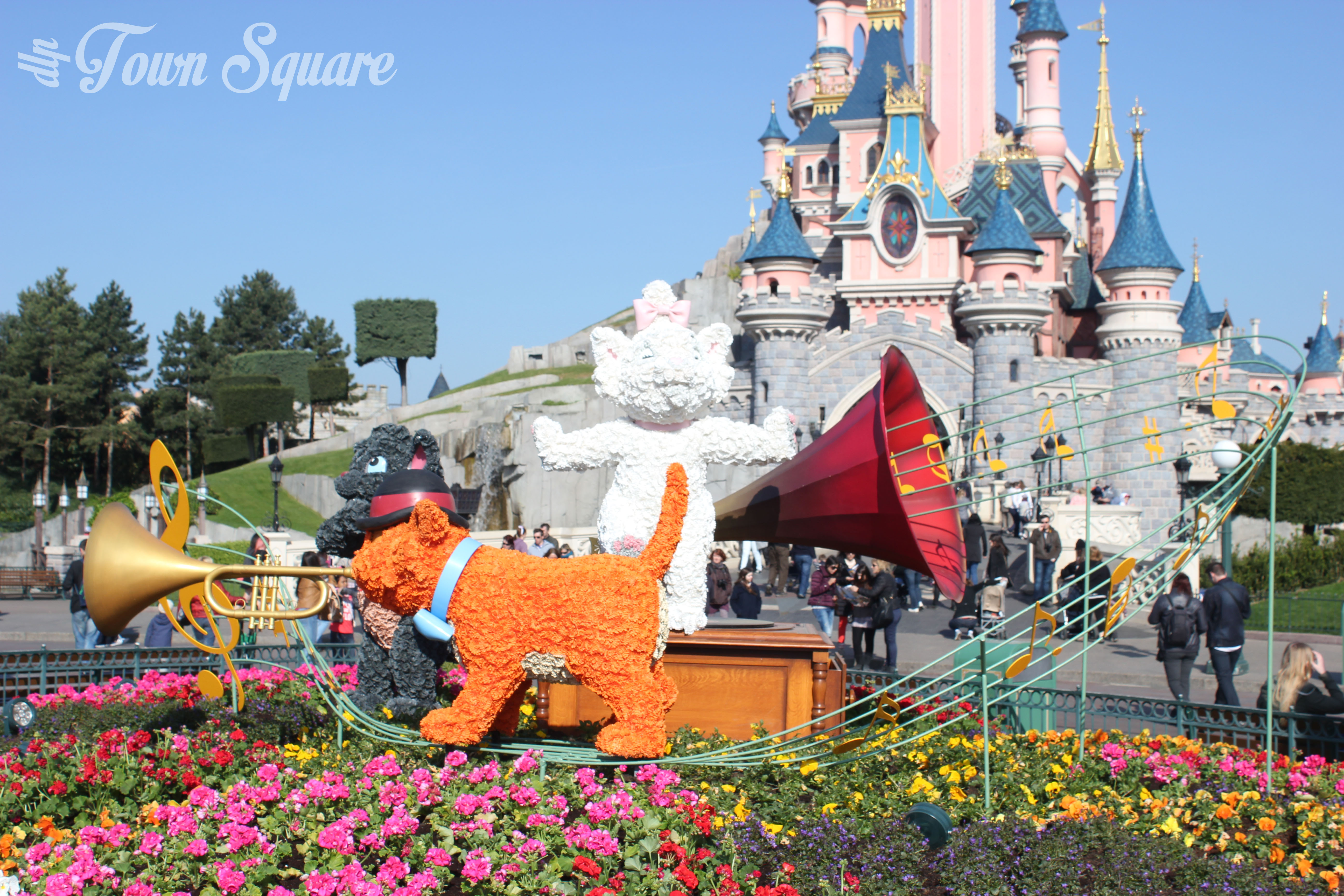 Aristocats Topiary in Central Plaza