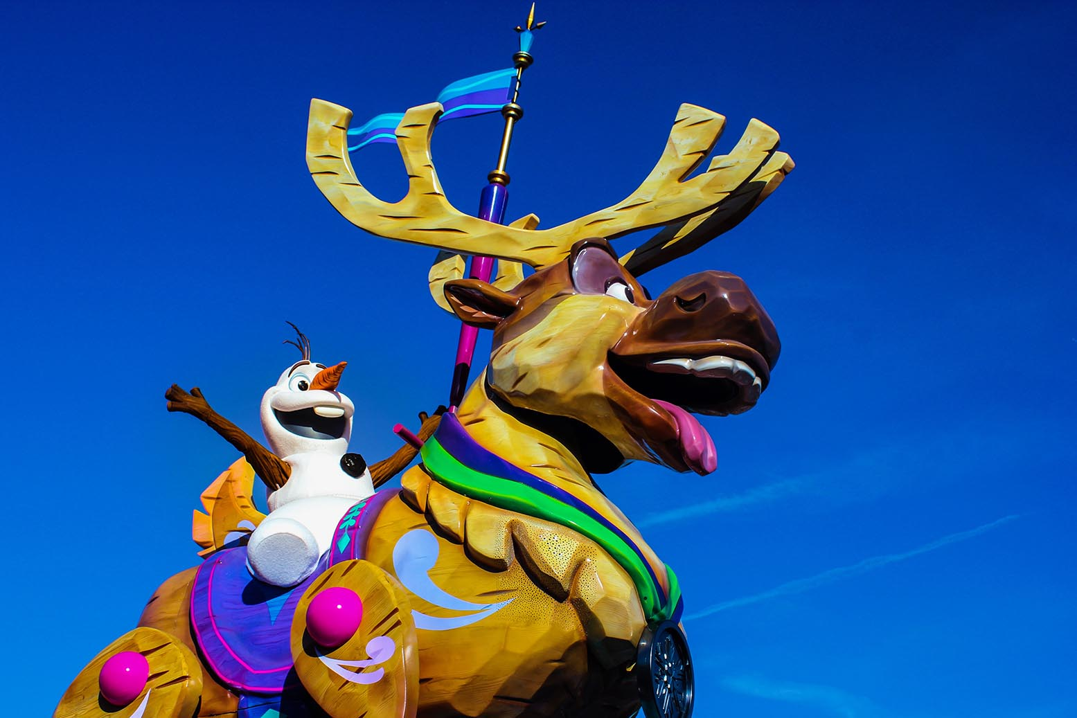 Olaf and Sven in Disney Stars on Parade at Disneyland Paris